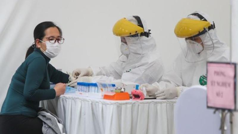 Người dân làm test nhanh tại trạm xét nghiệm di động.