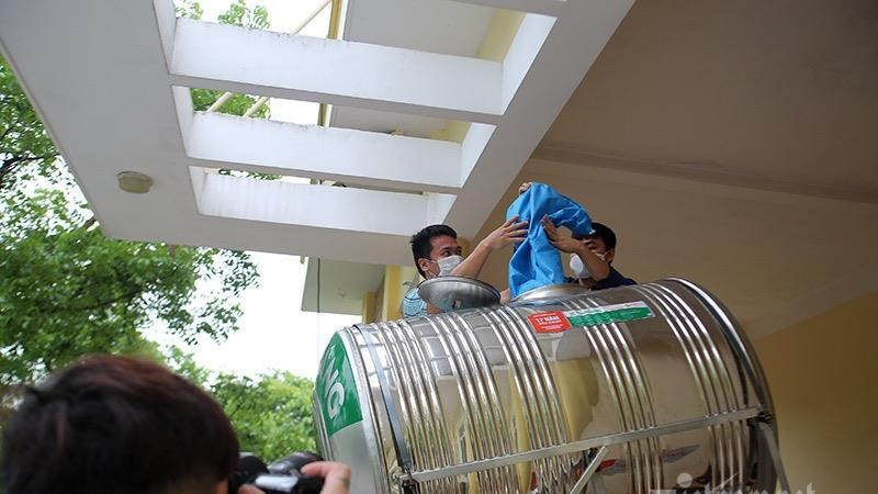 """Ấm lòng """"ATM gạo"""" đầu tiên ở Hà Nội"""