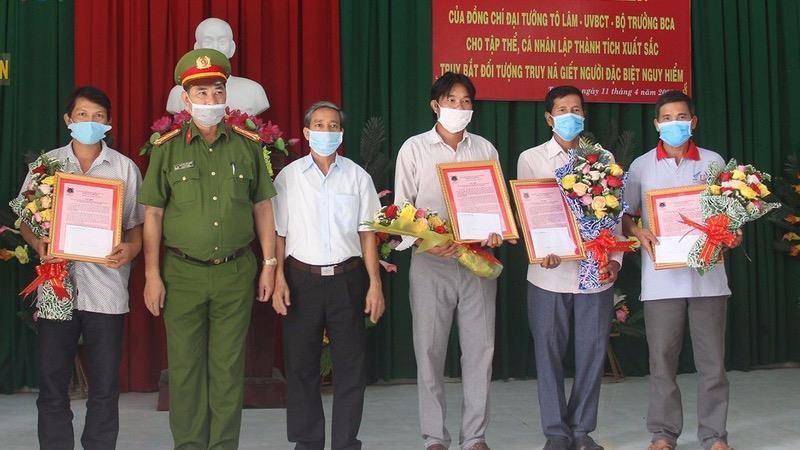 Trao Thư và khen thưởng cho 4 công dân dũng cảm.