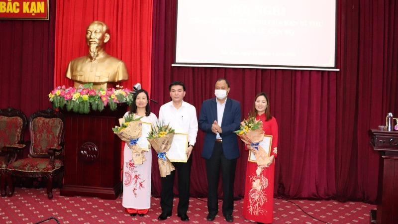 Bí thư Tỉnh ủy Nguyễn Văn Du trao quyết định chỉ định cho 3 cán bộ