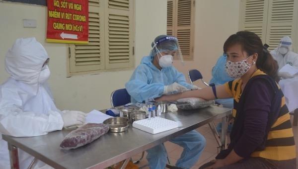Test nhanh cho tiểu thương ở chợ đầu mối.