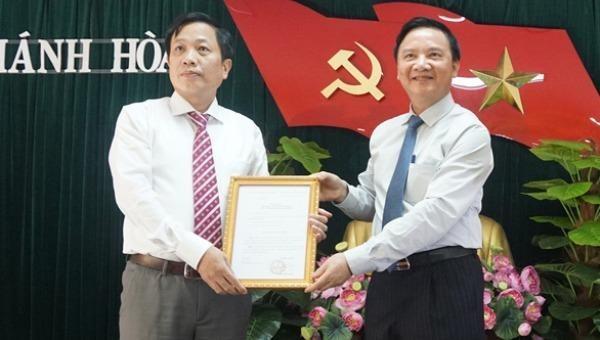 Bí thư Tỉnh ủy trao quyết định của Ban Bí thư Trung ương cho ông Hà Quốc Trị.