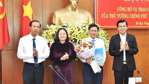 Lãnh đạo tỉnh Bà Rịa - Vũng Tàu chúc mừng ông Lê Ngọc Khánh.