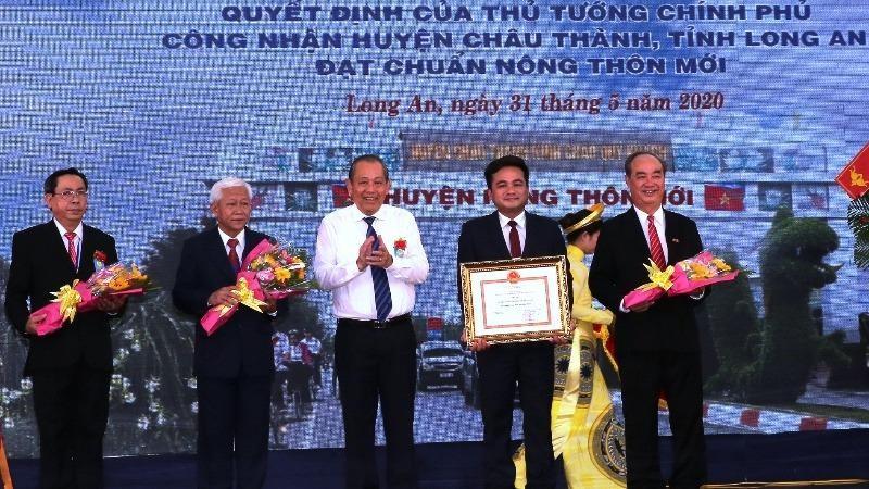 Phó Thủ tướng Thường trực công bố huyện nông thôn mới đầu tiên của Long An