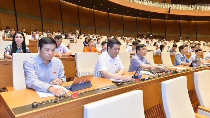 Các đại biểu Quốc hội bấm nút thông qua Luật.