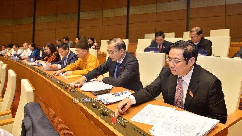 Đại biểu Quốc hội bấm nút thông qua Luật sửa đổi, bổ sung một số điều của Luật Tổ chức Quốc hội.