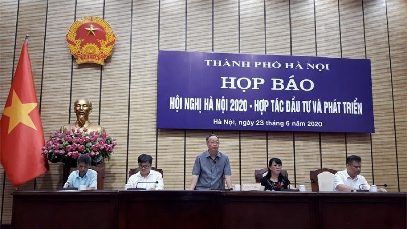 Phó Chủ tịch UBND thành phố Nguyễn Văn Sửu chủ trì họp báo.
