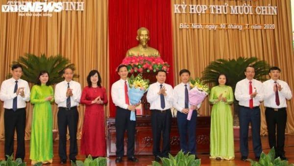 Lãnh đạo tỉnh Bắc Ninh tặng hoa chúc mừng 2 tân Phó Chủ tịch UBND tỉnh.