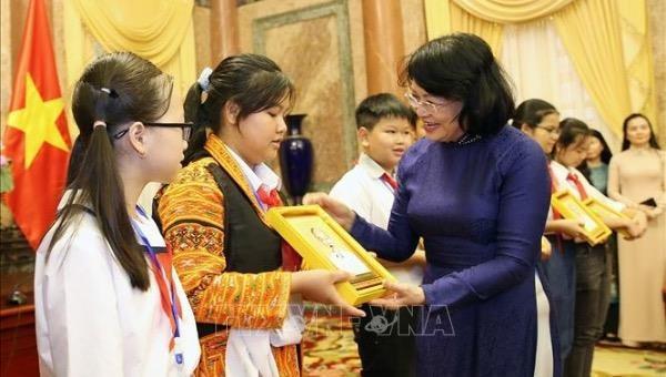 Phó Chủ tịch nước Đặng Thị Ngọc Thịnh chúc mừng đại biểu Cháu ngoan Bác Hồ tỉnh Bắc Giang. (Ảnh: TTXVN)