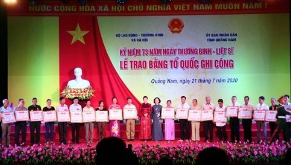 Chủ tịch Quốc hội và Trưởng Ban Dân vận Trung ương trao Bằng Tổ quốc ghi công cho các thân nhân gia đình liệt sĩ.