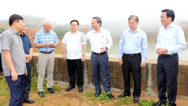 Phó Chủ tịch Quốc hội và đoàn công tác kiểm tra thực tế công trình đập hồ Nậm Khẩu Hu, xã Hua Thanh.