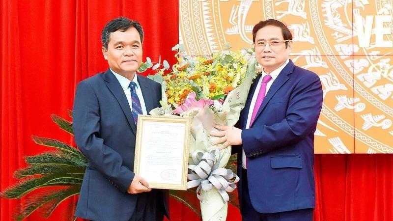 Trưởng Ban Tổ chức Trung ương trao quyết định cho ông Hồ Văn Niên.