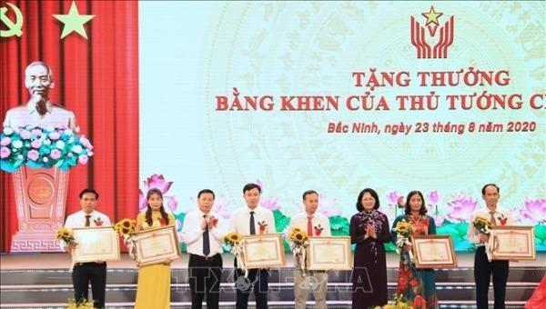 Phó Chủ tịch nước Đặng Thị Ngọc Thịnh trao tặng Bằng khen của Thủ tướng cho 6 cá nhân xuất sắc. (Ảnh: TTXVN)
