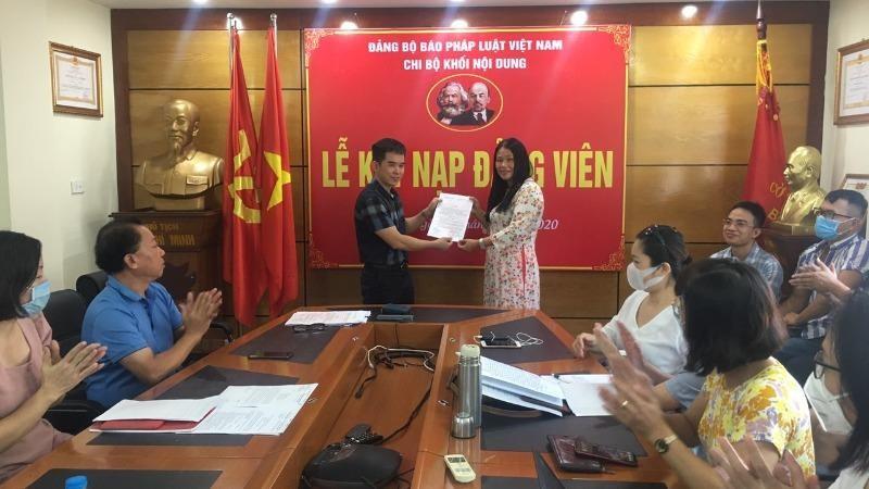 Bí thư Chi bộ Nguyễn Xuân Bính trao quyết định kết nạp đảng viên mới.