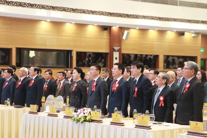 Chủ tịch Quốc hội Nguyễn Thị Kim Ngân và các đại biểu chào cờ khai mạc Đại hội.