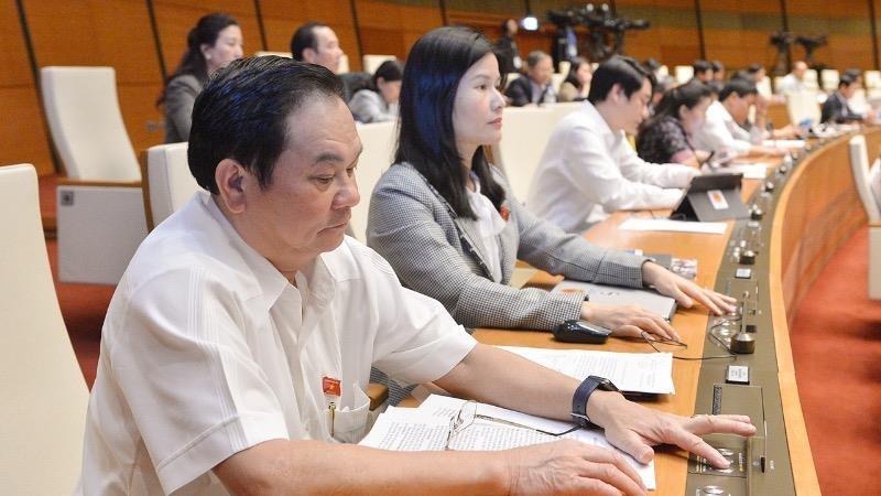 Các đại biểu Quốc hội bấm nút biểu quyết thông qua luật.