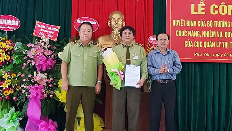 Ông Huỳnh Trang (ở giữa) là Cục trưởng Cục QLTT đầu tiên được bổ nhiệm chính thức