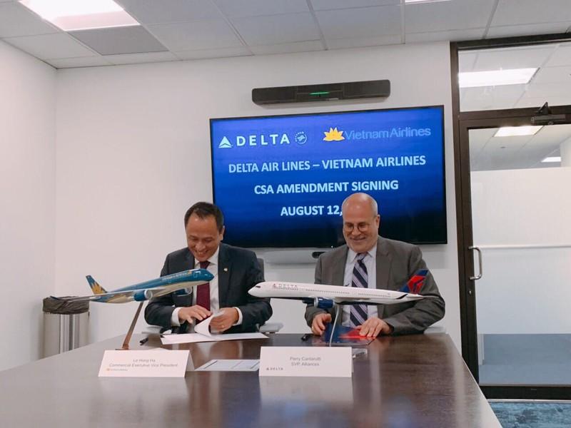 Ông Lê Hồng Hà - Phó Tổng giám đốc VNA và ông Perry Cantarutti - Phó Tổng giám đốc phụ trách liên minh của DAL ký kết thoả thuận mở rộng hợp tác liên danh linh hoạt tại Atlanta (Mỹ)