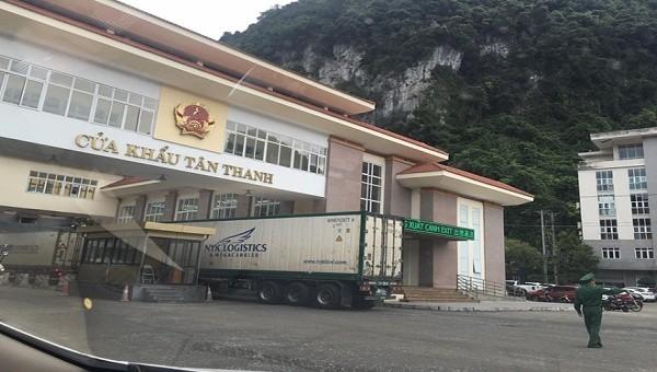 Chỉ có 20 xe được xuất qua cửa khẩu Tân Thanh trong ngày đầu tiên.