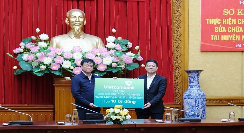Chủ tịch HĐQT Vietcombank trao tặng 10 tỷ đồng để sửa chữa nhà ở cho hộ nghèo ở Điện Biên