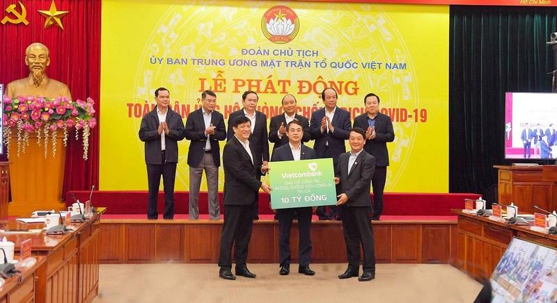 Chủ tịch HĐQT Nghiêm Xuân Thành đại diện Vietcombank trao 10 tỷ trong Lễ phát động toàn dân ủng hộ phòng chống dịch Covid