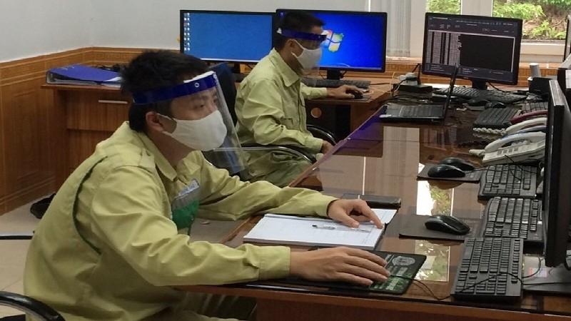 Cán bộ, người lao động Trung tâm Vận hành Đồng Hới trực ca giữ an toàn đường dây tải điện