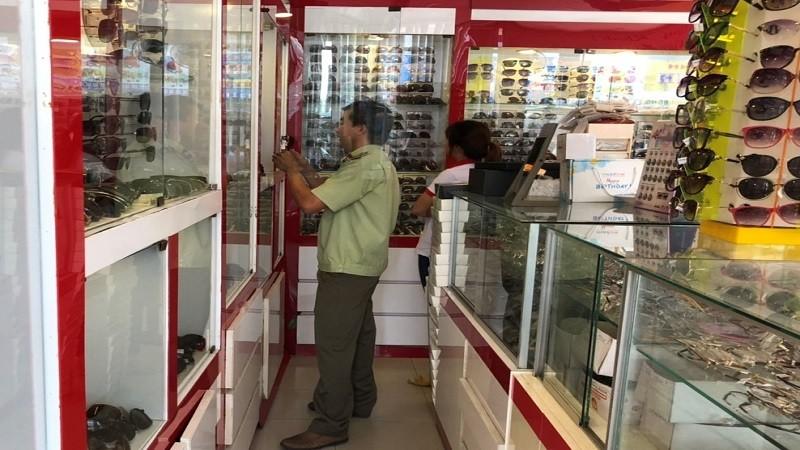 Kiểm tra 4 cửa hàng tiêu thụ kính tại Trà Vinh có dấu hiệu giả nhãn hiệu Chanel