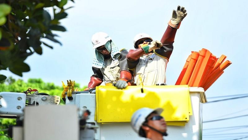 Đội sửa chữa hotline làm việc trên đường dây