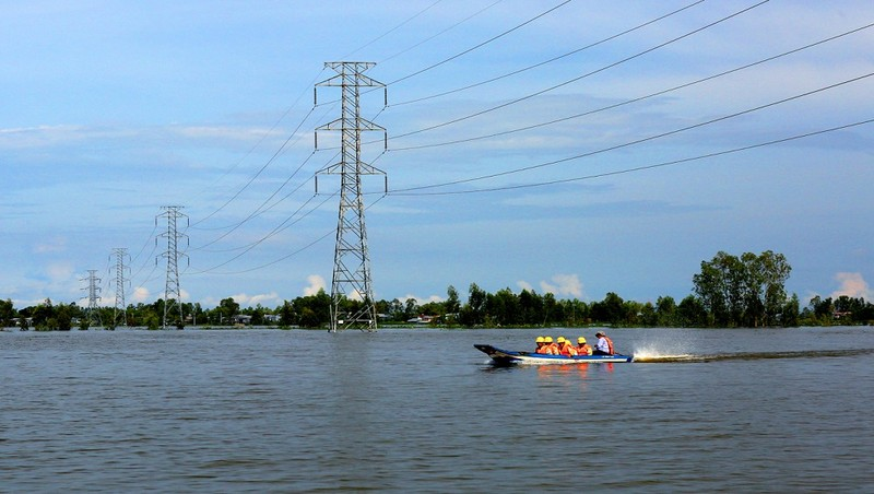 Kiểm tra lưới đện mùa lũ