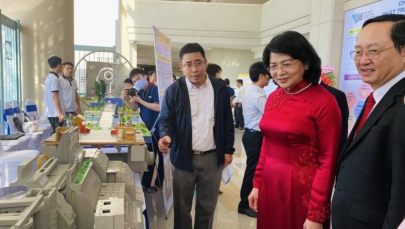 Phó Chủ tịch nước thăm khu trưng bày của Busadco.