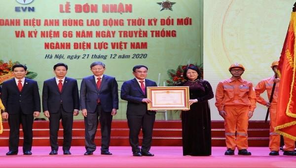 Phó Chủ tịch nước Đặng Thị Ngọc Thịnh trao danh hiệu Anh hùng lao đông cho EVN