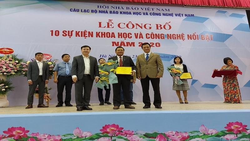 Tổng giám đốc Hoàng Đức Thảo nhận chứng nhận Sự kiện KHCN nổi bật năm 2020