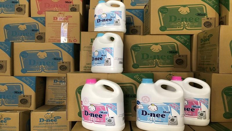 Nước giặt giả nhãn hiệu Dnee thu giữ tại hiện trường.
