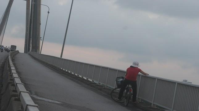 Một góc cầu Bính. Nguyễn Văn Quý (SN 1993) đã đi lên gần giữa cầu nhảy xuống sông để tự tử. Rất may, người đánh cá phát hiện và cứu sống.