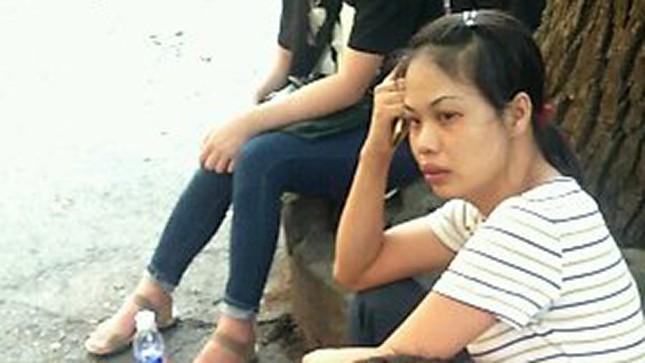 Chị Hà Thị Huyến, vợ phạm nhân Thắng ngồi vật vã tại bệnh viện.