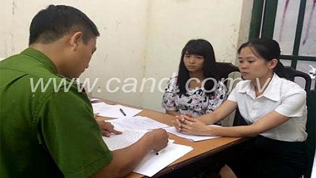 Cơ quan Công an lấy lời khai của Phùng Thị Thanh (giữa, ảnh: CAND).