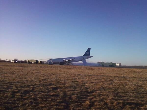 Máy bay nổ lốp, hành khách sơ tán trong hoảng loạn