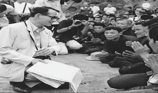 Vua Thái Lan Bhumibol: Dẹp bất ổn chỉ bằng vài lời nói