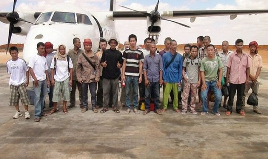 Đại sứ quán Việt Nam tại Tanzania đón 3 thuyền viên vừa được cướp biển thả