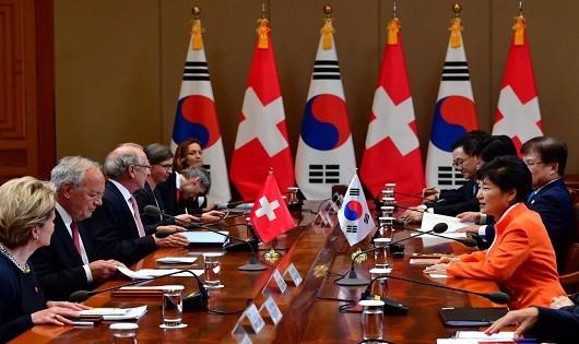Tổng thống Hàn Quốc Park Geun-Hye (áo cam) trong một cuộc họp.