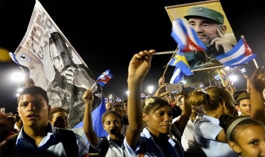 Người dân Cuba tiễn biệt Lãnh tụ cách mạng huyền thoại của họ. Ảnh: AFP