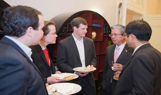Đại sứ Phạm Quang Vinh trao đổi với các trợ lý, cố vấn của phía Mỹ.