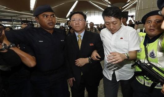 Đại sứ Triều Tiên tại Malaysia Kim Chol (đeo kính) đã bị trục xuất.