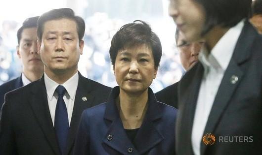 Bà Park rời văn phòng công tố viên Hàn Quốc sáng nay.
