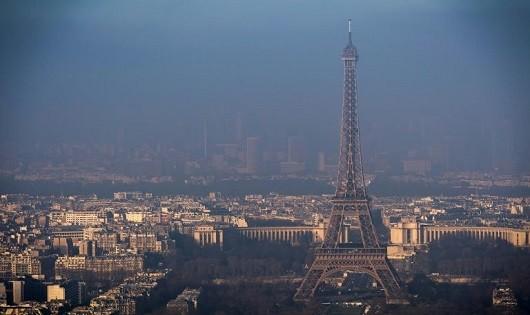 Tháp Eiffel mờ mịt trong những ngày không khí ở Paris bị ô nhiễm.