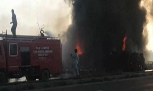 Cháy xe chở dầu bị lật, ít nhất 123 người thiệt mạng