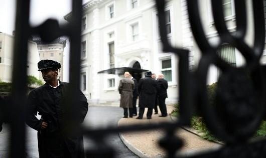 Giới chức Mỹ bên ngoài văn phòng đại diện thương mại của Nga ở Washington.