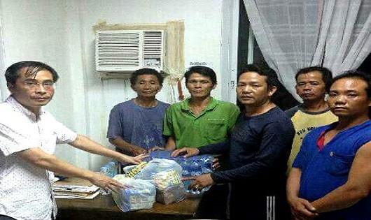 Ông Đinh Hữu Phúc (thứ nhất, bên trái), Bí thư thứ Nhất Đại sứ quán Việt Nam tại Philippines, đã gặp, thăm hỏi 5 ngư dân đang bị tạm giữ tại Philippines. Ảnh: Đại sứ quán Việt Nam tại Philippines
