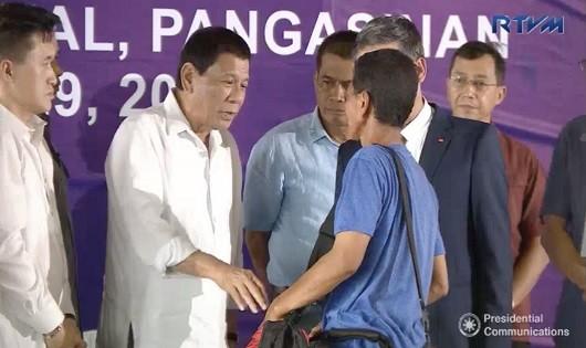 Tổng thống Duterte tại buổi tiễn các ngư dân Việt.