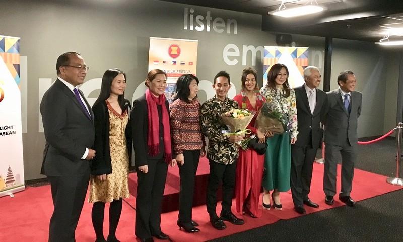 Đại sứ Việt Nam chụp ảnh chung với các ĐS ASEAN và các diễn viên tại Lễ khai mạc